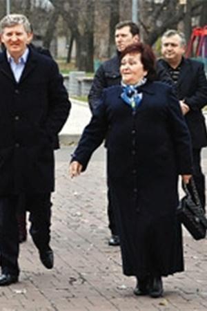 Ринат Ахметов привел на участок свою маму.