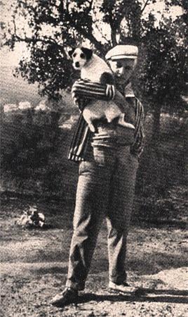 Поэт Саша Черный со своим любимым фоксом Микки.