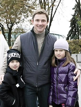 В будущем Олесь Довгий хочет иметь много детей. На фото с крестницей Дарьей.
