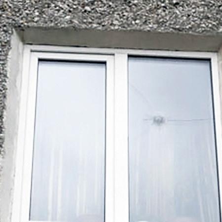 Одна из пуль отрикошетила и угодила в окно второго этажа ближайшего дома.