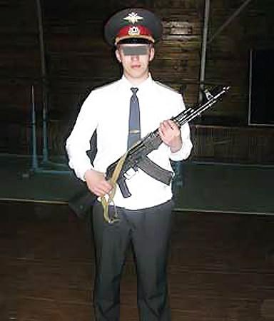 Максим Мосов был вынужден открыть огонь...Мы закрываем лицо милиционера в целях его же безопасности.