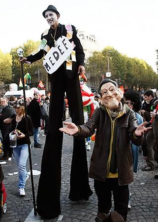 Протест по-французски - это всегда шоу: ходули, воздушные шары, жареные сосиски, вино и, конечно, маски президента-реформатора.