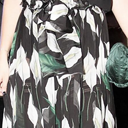 Сквозь прозрачную цветатстую юбку Ксении просвечивали чёрные трусики и чулки с резинками.