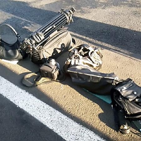 Журналистов заставили положить свои сумки и аппаратуру на землю.