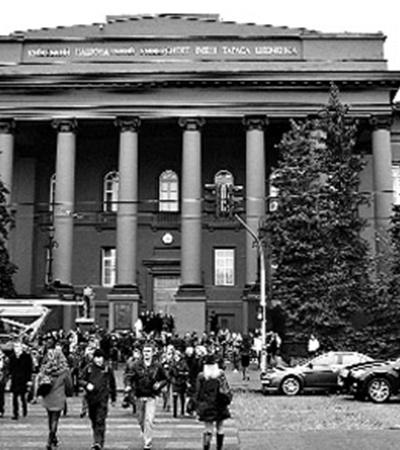 Во время оккупации фашисты хотели возобновить занятия в университете им. Шевченко (фото вверху).