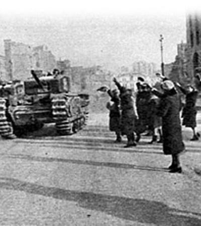 Киевляне встречают освободителей на главной улице города. Интересная деталь - танки английские.