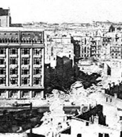 Здание ЦУМа в годы войны уцелело чудом (фото вверху).