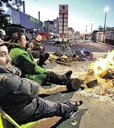 Забастовщики осадили нефтеперерабатывающие заводы и оставили Париж без топлива. Но Саркози верит, что холодная зима заставит их отступить.