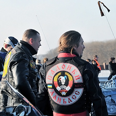 Надписи на куртках вызвали нездаровый ажиотаж в толпе встречающих.