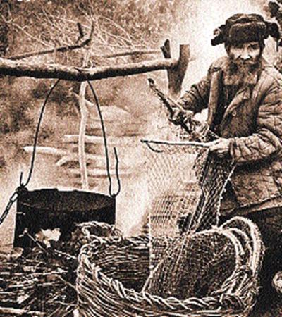 Давний снимок, который я сделал у Дона, где старый казак варил ракушек для кур и поросят. Помню разговор у костра о жизни возле реки, о том, что тут было в Вёшках и по всему Дону, как живёт Шолохов. «Он не раз сидел в моей лодке. Простой человек, душевный…»