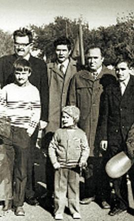 Виктор Черномырдин с сыновьями Виталием и Андреем на Первомайской демонстрации. Оренбург, 1974 г.