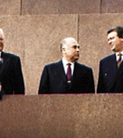 5 ноября 1996-го Ельцину была проведена операция на сердце, во время которой обязанности президента России исполнял Черномырдин (на фото - в центре).