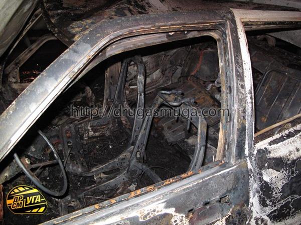 этого автомобиль снова выехал на проезжую часть, врезался в металлический отбойник, загорелся и сгорел дотла. Фото с сайта  drugasmuga.com.
