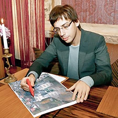 Совершенству нет предела, считает Максим и подрисовывает новые детальки в план своего дворца.
