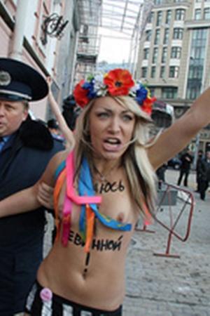 Полуобнаженные активистки FEMEN сдались милиции