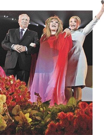 Виктор Черномырдин, Алла Пугачева и Юлия Тимошенко на концерте в Киеве 22 апреля 2009 года.