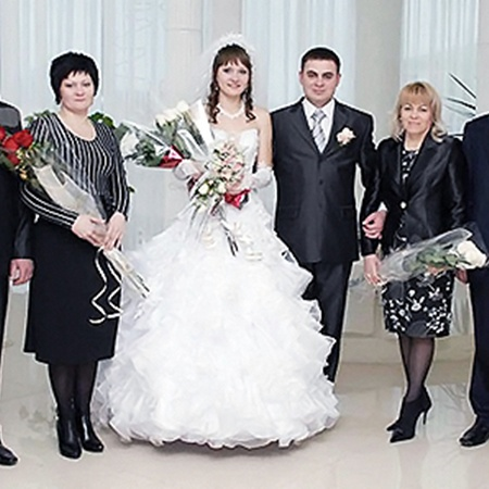Невестка Елена погибла со секровью Галиной и свекром Сервером(крайние справа).