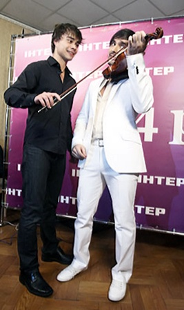 Александр Рыбак дал Козловскому мастер-класс игры на скрипке.