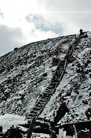 Гора Шмидта сейчас не охраняется, и ее «исследуют» любопытные подростки.