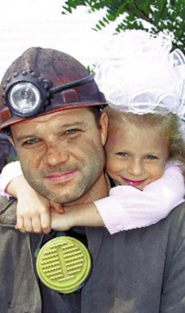 «Папа первоклассницы». Автор - Вячеслав Водорез. «Я отец двоих детей, поэтому встреча шахтера с дочкой после рабочей смены меня тронула».