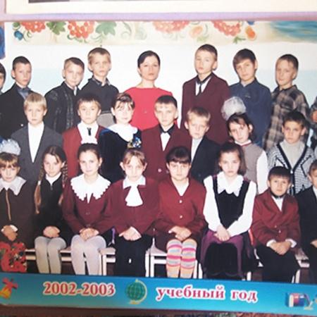 Виталий Соляник в младших классах (второй ряд, крайний справа в серой кофте Спорт).