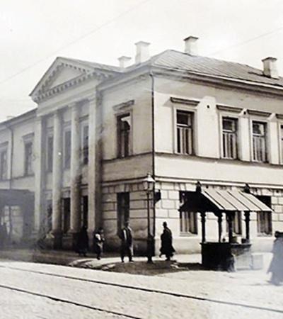 Никола Терещенко подарил городу здание Женской торговой школы (ул. Константиновская, 9/6). Сейчас здесь квартирует КП «Подолблагоустройство» (фото внизу).
