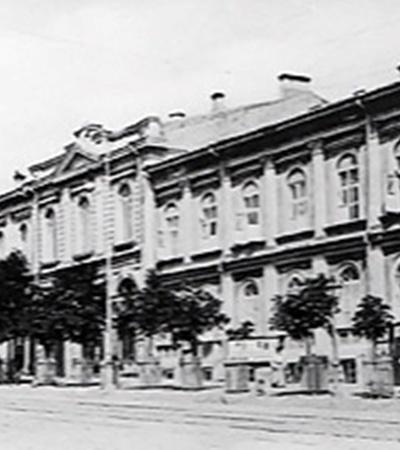 Иван Фундуклей отдал особняк на ул. Кадетской, 6 (теперь - ул. Богдана Хмельницкого) под первую в Российской империи женскую гимназию. Сейчас в этом здании главный офис «Нафтогаза» (фото внизу).