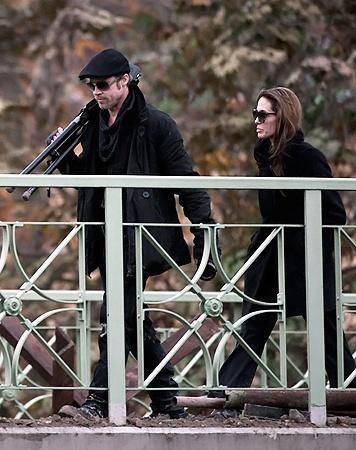 Анджелину-режиссера сопровождает муж-актер.