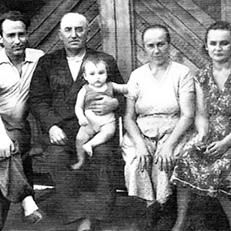 Семья Черномырдиных (слева направо): Виктор, отец Степан Маркович с внуком Виталием, мама  Марфа Петровна, жена Валентина.