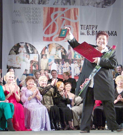 Директор театра Валентина Прокопенко принимает награду для театра. Фото Алексея Кравцова.