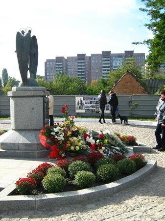На месте взорвавшегося подъезда построили мемориал. Фото Илоны БЕЗЕНОЙ.