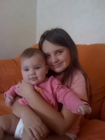 Сестрички Маша (7 месяцев) и Саша (10 лет).