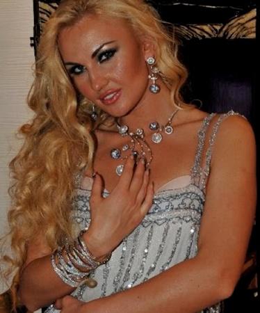 Шикарная блондинка покорила короля эстрады. Фото: сайт певицы Камалии