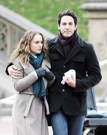 В драме «Любовь и прочие обстоятельства» героиня Натали Портман пытается спасти свой брак.
