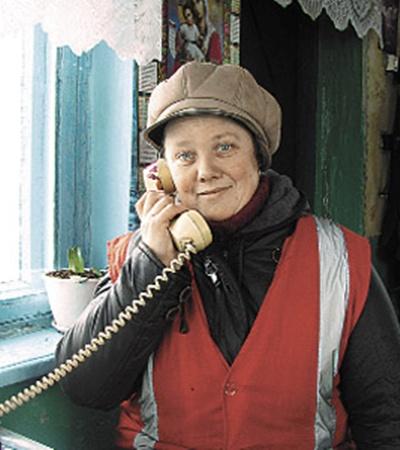 Дежурная по железнодорожному переезду Наталья Литуш на своем посту.