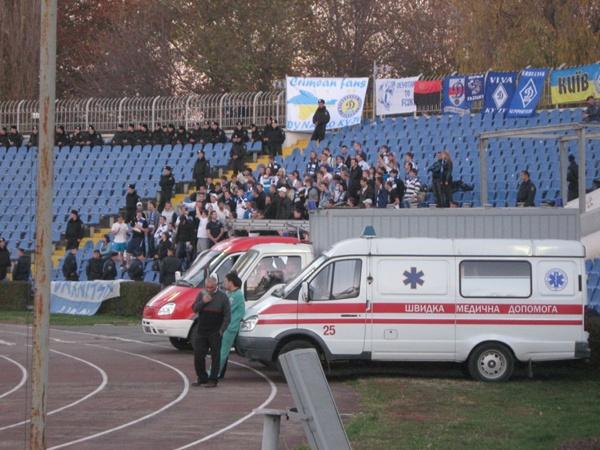 Сектор динамовских болельщиков был наполовину пуст. Фанатов охраняла милиция