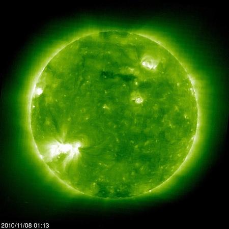 Солнце вращается, от этого кажется, что активная область перемещается по диску.