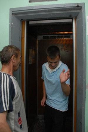 На верхние этажи не только пенсионеры, а и молодежь ездит лифтом.