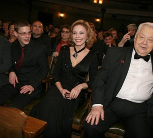 Олег Табаков с женой Мариной Зудиной и сыновьями Антоном (крайний слева) и Павлом.