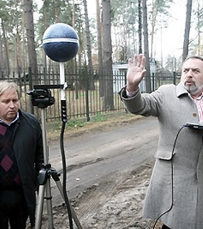 Единственный в Украине высокоточный измерительный прибор стоит 50 тысяч евро. (Слева направо сотрудники Института гигиены и медицинской экологии им. А. М. Марзеева Владимир Думанский и Сергей Биткин).