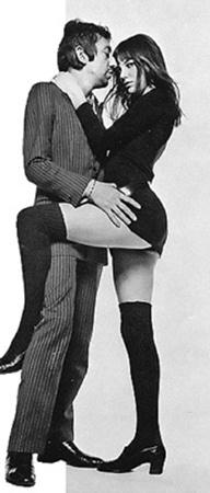Джейн Биркин с возлюбленным Сержем Генсбуром не только пели томные песни (вроде знаменитой Je T'aime Moi Non Plus), но и одевались заманчиво.