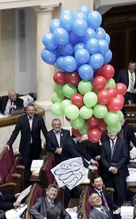 Воздушные шары с кукишем, запущенные бютовцами в сессионном зале Рады, развеселили всех депутатов.