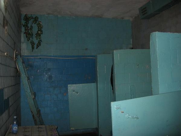 Со стен обваливается кафель