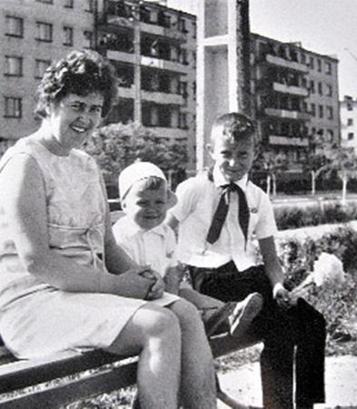 Пионер Саша Попов с мамой и младшим братом Сергеем.