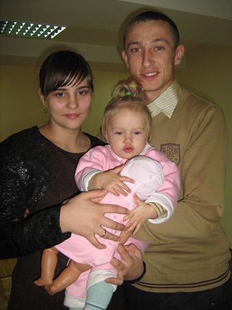Студенты-отличники Бронниковы из аграрного университета живут в общежитии вместе с дочуркой. Фото автора.