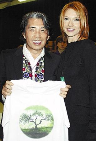 Зинаида Лихачева подарила кутюрье Такада Кензо футболку собственного дизайна.
