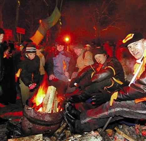Сложно было революционерам, привыкшим к роскошной жизни в офисе Киевэнерго, возвращаться к лишениям Майдана.