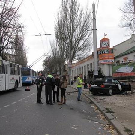 Пискун решил обогнать друга по встречной троллейбусной полосе, но не справился с управлением.