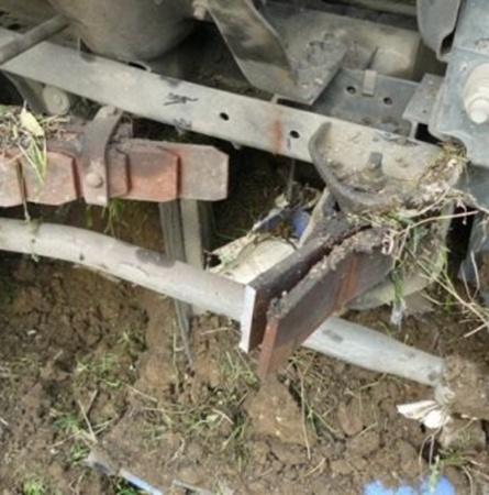 Предварительная причина аварии - разрыв коренного листа передней левой рессоры. Фото пресс-службы УГАИ Украины в АРК