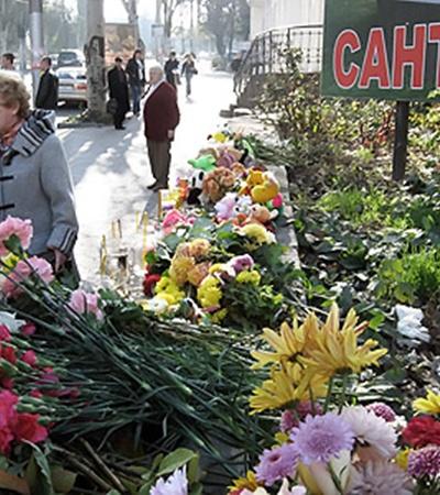 Трагедия ранила сердца всех горожан. Люди семьями приносят на место ДТП цветы и игрушки.